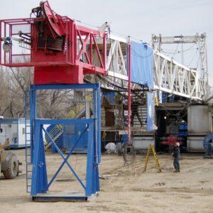 Bohrturm nach dem Antransport. Innerhalb weniger Stunden wird er aufgerichtet und ist einsatzbereit.