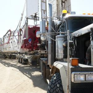 Anlieferung des Bohrturms mit einem Truck.