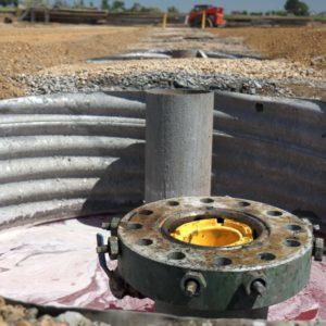 Anschluss, aus dem das Öl und Gas strömen wird.